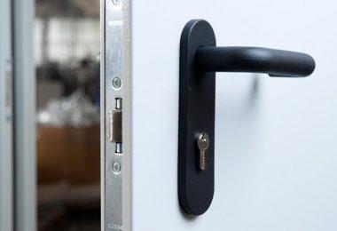 Дверь из металла в квартиру