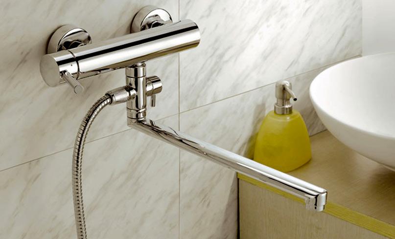 Смеситель на стене в ванной