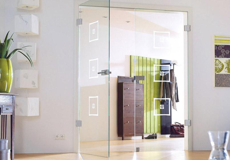 Дверь из стекла в комнате