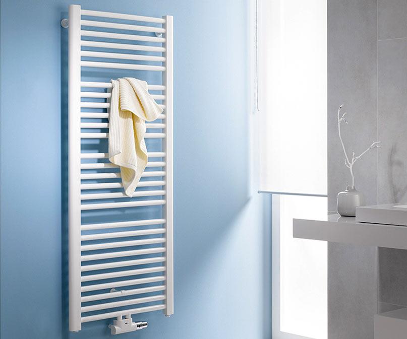 Белый полотенцесушитель в дизайне ванной