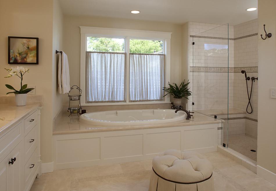 Интерьеры ванной с окном